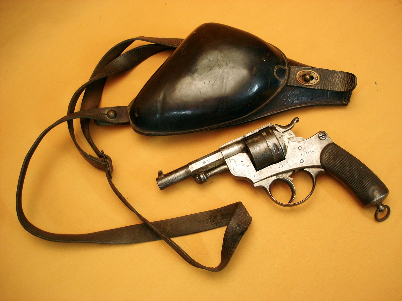 """Revolver mod.1873 dans son étui """"jambon""""."""