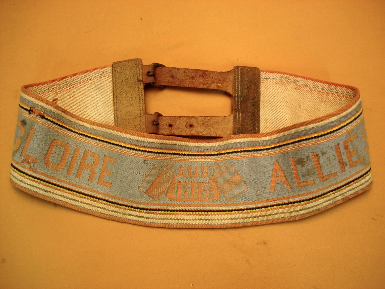 """Ceinture """"Gloire aux alliés 1918""""."""